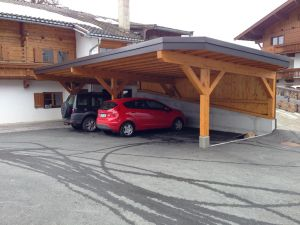 Carport in engstem Raum