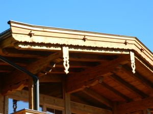 Windladen mit Pfettenbrett rustikal bearbeitet in Altholzoptik